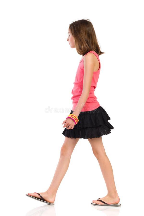 Muchacha que camina, vista lateral imagenes de archivo