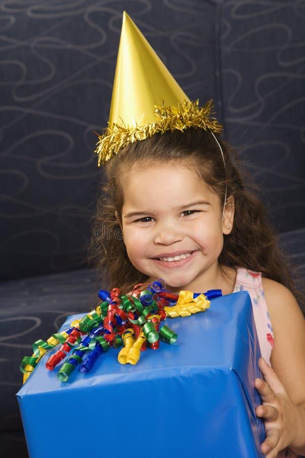 Muchacha que celebra cumpleaños. imagenes de archivo