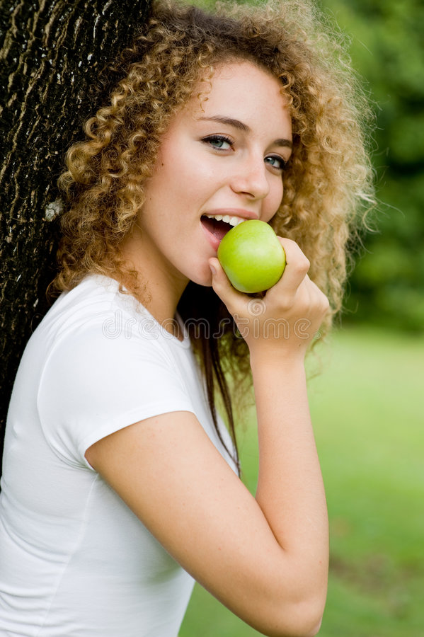 Muchacha que come Apple