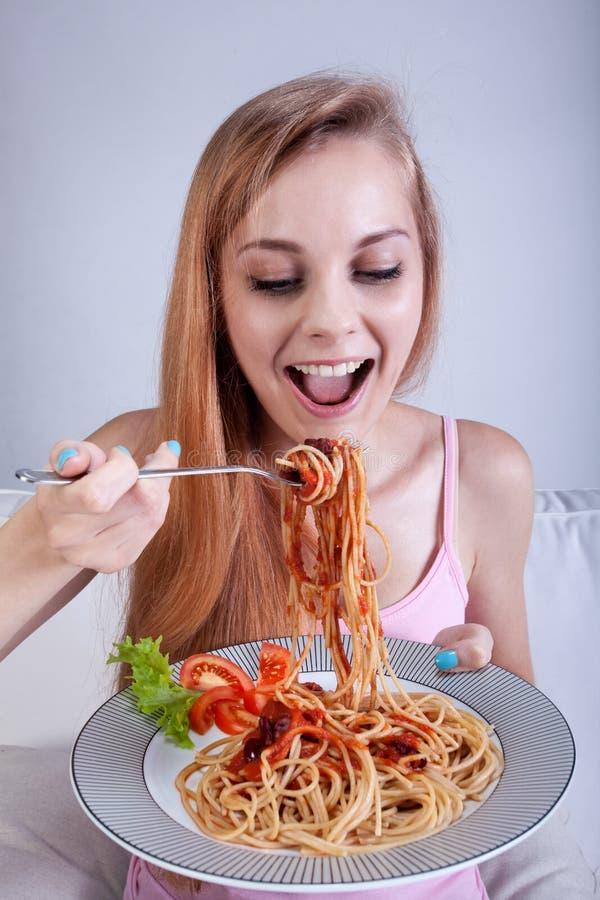 Muchacha que come el espagueti fotos de archivo libres de regalías