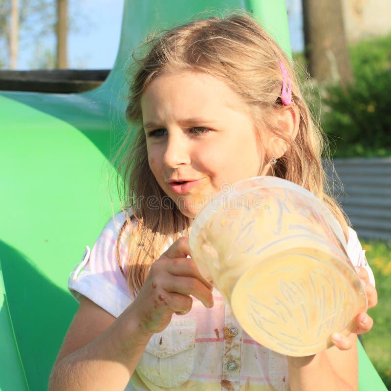 Muchacha que come el helado fotografía de archivo libre de regalías