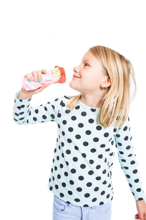 Muchacha que come el helado de fresa imagen de archivo libre de regalías