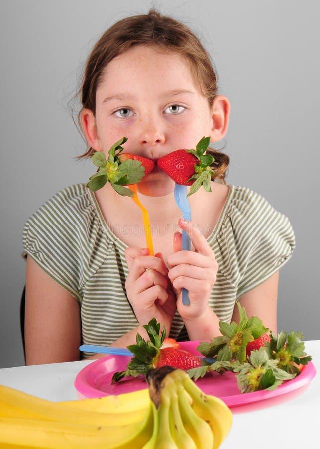 Muchacha que come la fruta imágenes de archivo libres de regalías