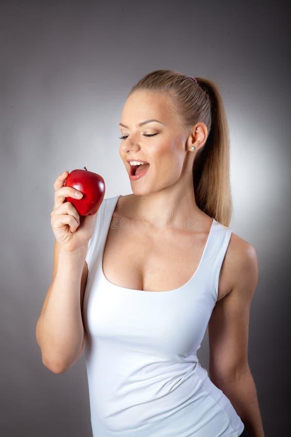 Muchacha que come la fruta fotos de archivo