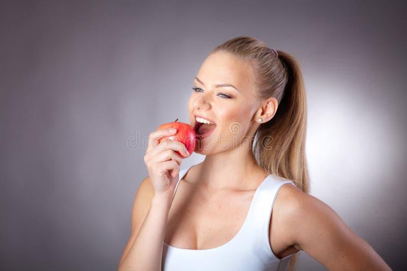 Muchacha que come la fruta fotografía de archivo
