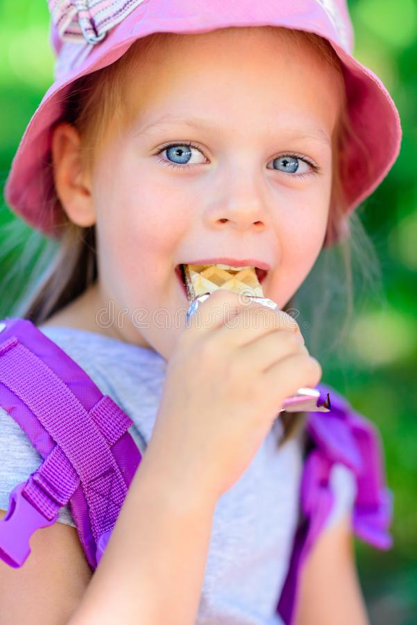 Muchacha que come las obleas del chocolate - barra de chocolate fotos de archivo libres de regalías