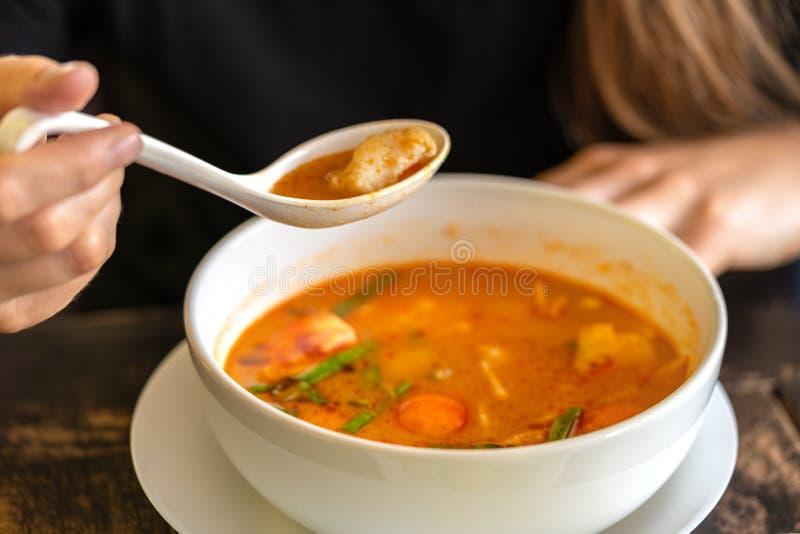 Muchacha que come a Tom Yam Kung, cocina tailandesa Cierre para arriba fotos de archivo