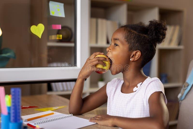 Muchacha que come una manzana imágenes de archivo libres de regalías