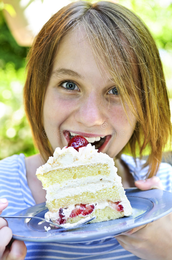 Muchacha que come una torta fotografía de archivo libre de regalías