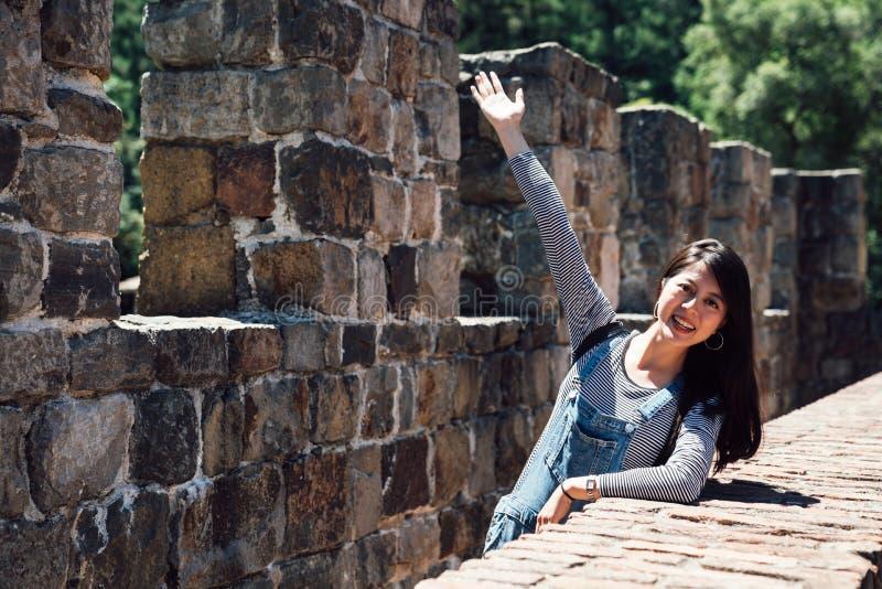 Muchacha que confía en el top del castillo medieval viejo fotografía de archivo