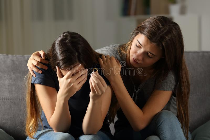 Muchacha que conforta a su amigo divorciado imágenes de archivo libres de regalías