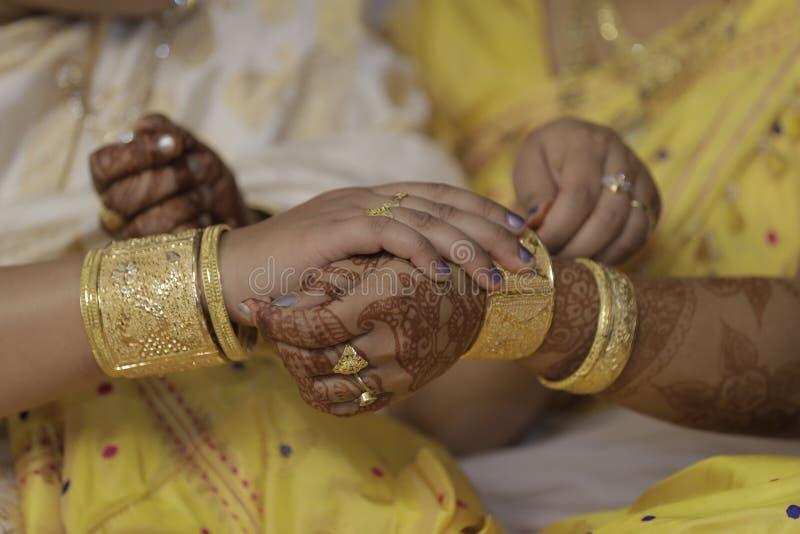 Muchacha que consigue lista para su matrimonio de su madre imágenes de archivo libres de regalías
