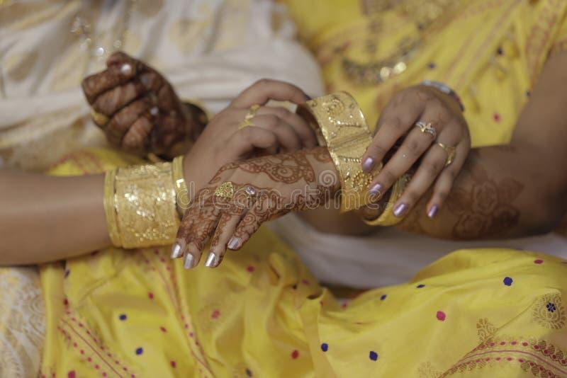 Muchacha que consigue lista para su matrimonio de su madre imagenes de archivo
