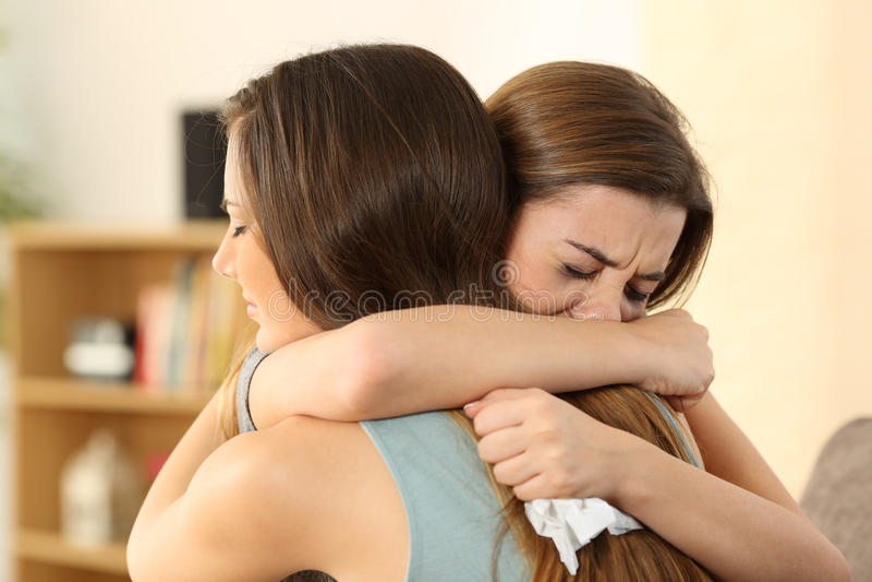 Muchacha que consuela a su mejor amigo triste imagenes de archivo