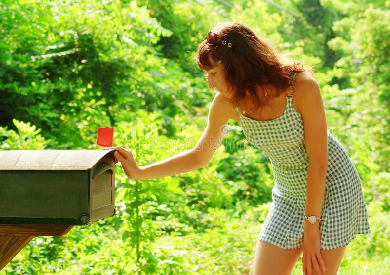 Muchacha que controla el correo foto de archivo libre de regalías