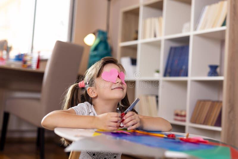 Muchacha que corta el papel colorido imágenes de archivo libres de regalías