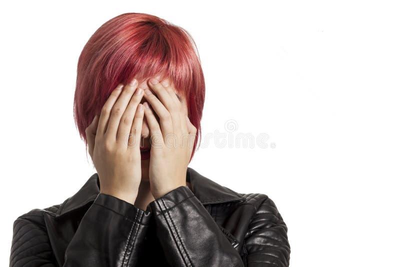 Muchacha que cubre su cara con sus manos imagenes de archivo