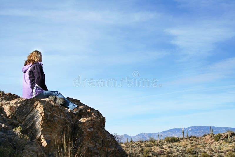 Muchacha que disfruta de la opinión del desierto imagenes de archivo