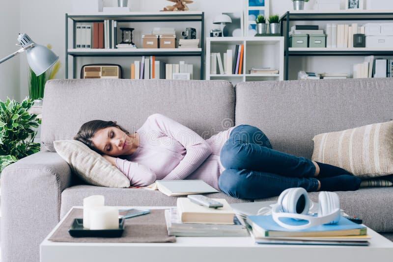 Muchacha que duerme en el sofá foto de archivo libre de regalías