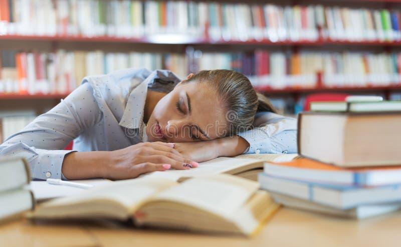 Muchacha que duerme en la biblioteca foto de archivo libre de regalías