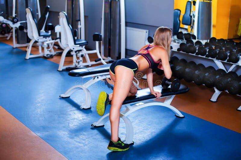 muchacha que ejercita con pesa de gimnasia fotografía de archivo libre de regalías