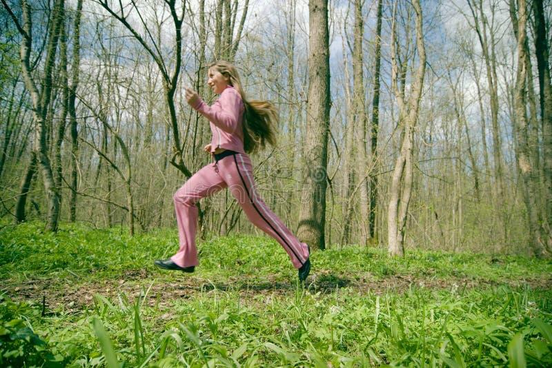Muchacha que ejercita en el bosque imagenes de archivo