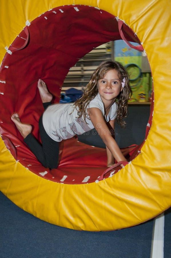 Muchacha que ejercita en la gimnasia. fotografía de archivo