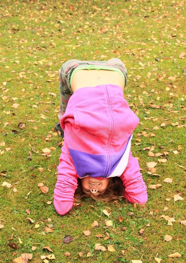 Muchacha que ejercita yoga en prado fotografía de archivo