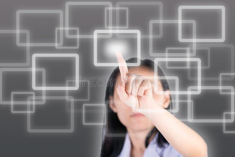 Muchacha que empuja el botón con el fondo de la tecnología fotografía de archivo