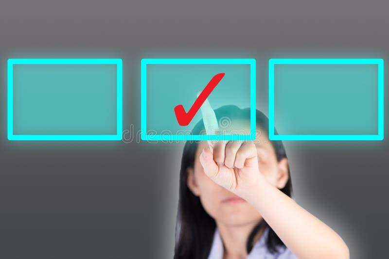 Muchacha que empuja el botón del símbolo de la señal con la pantalla del computor foto de archivo libre de regalías