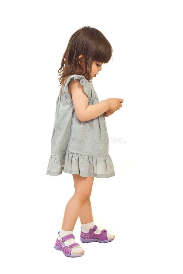 Muchacha que envía el mensaje en móvil del teléfono imagen de archivo libre de regalías