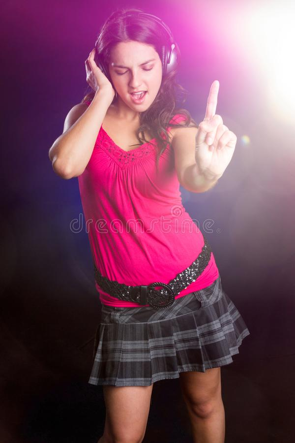 Muchacha que escucha de la música adolescente fotografía de archivo
