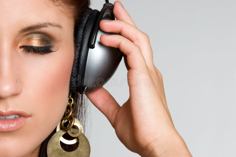 Muchacha que escucha de la música de los auriculares imagen de archivo libre de regalías