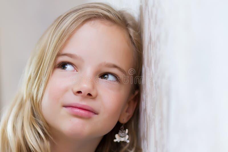 Muchacha que escucha detras de las puertas fotografía de archivo