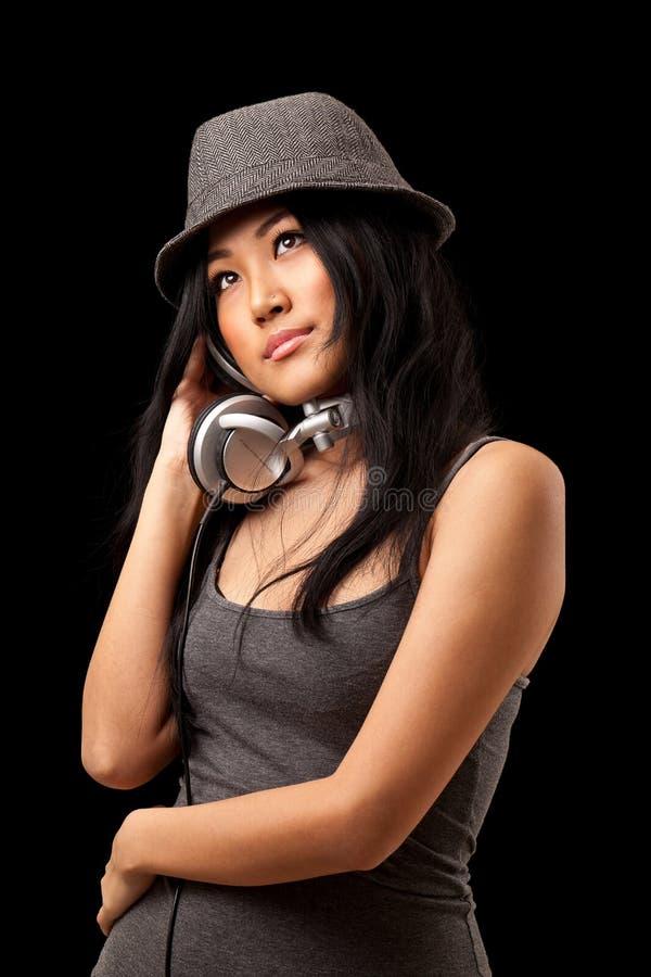 Muchacha que escucha los auriculares fotos de archivo