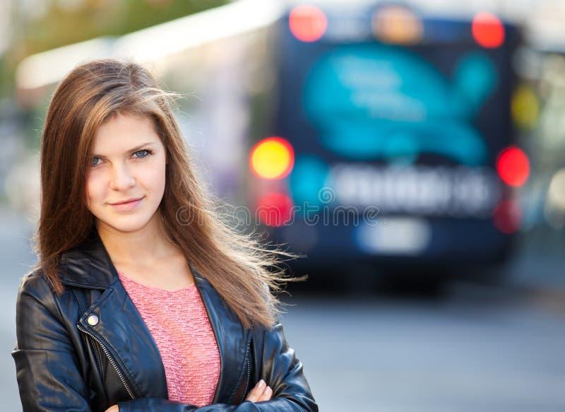 Muchacha que espera en la parada de omnibus fotos de archivo libres de regalías