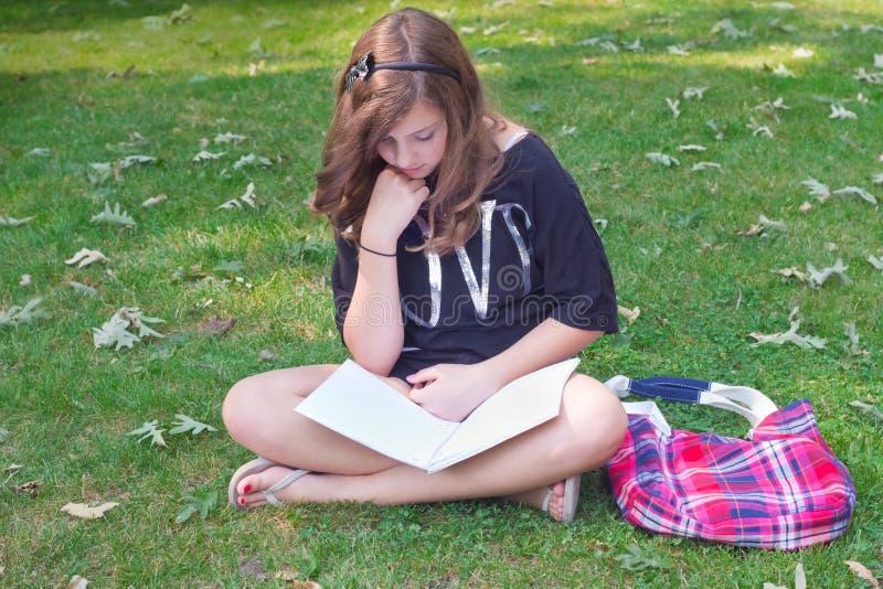 Muchacha que estudia afuera imagenes de archivo