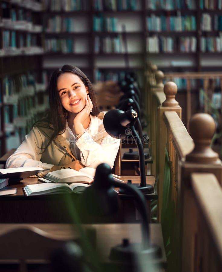 Muchacha que estudia en la biblioteca fotos de archivo libres de regalías