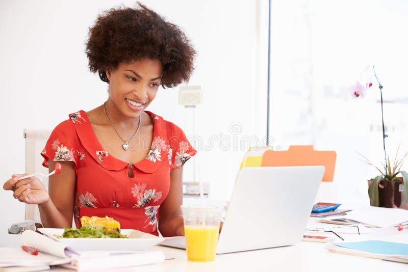 Muchacha que finge ser empresaria Working At Desk fotografía de archivo libre de regalías