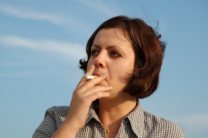 Muchacha Que Fuma Imagen de archivo libre de regalías