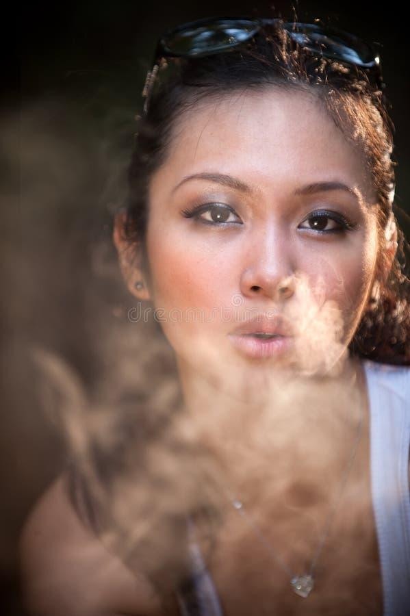 Muchacha que fuma del encanto imágenes de archivo libres de regalías