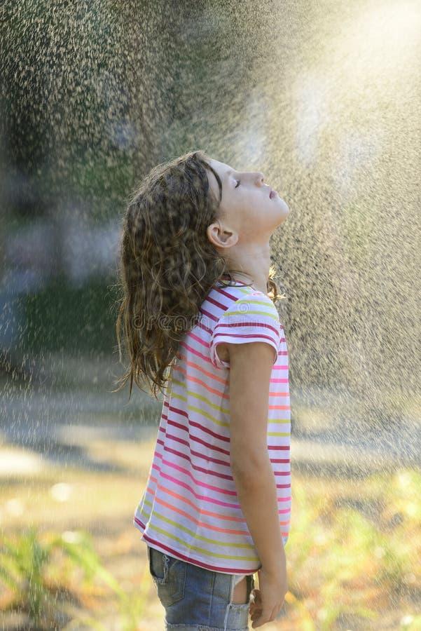 Muchacha que goza de la lluvia ligera del verano imágenes de archivo libres de regalías