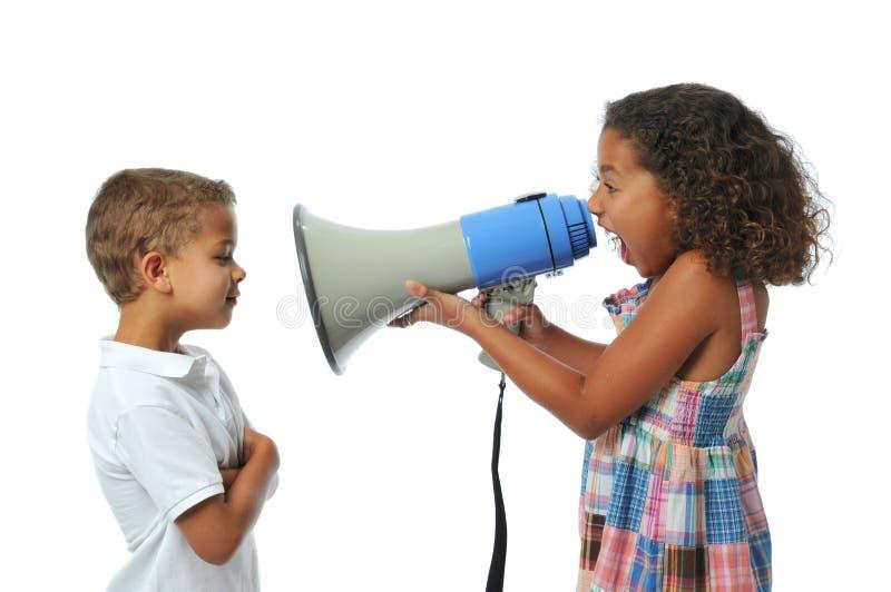 Muchacha que grita en el muchacho imágenes de archivo libres de regalías