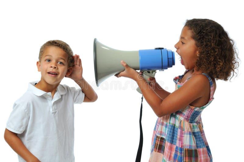 Muchacha que grita en el muchacho imagenes de archivo