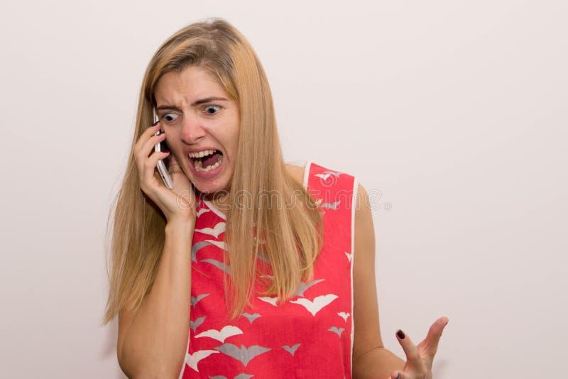 Muchacha que grita en el teléfono fotografía de archivo
