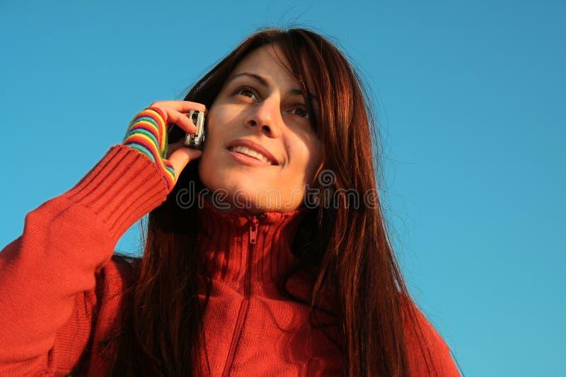 Muchacha que habla en el teléfono fotografía de archivo libre de regalías