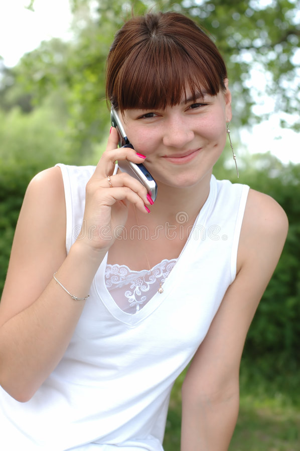 Muchacha que habla en el teléfono imagen de archivo