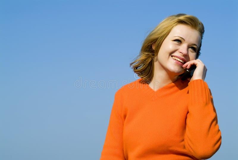 Muchacha que habla en ella celular fotos de archivo