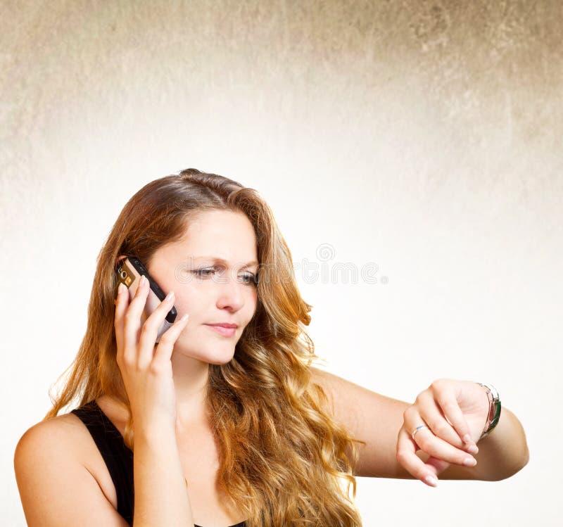 Muchacha que habla en su teléfono móvil fotos de archivo libres de regalías