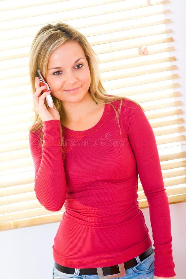 Muchacha que habla por el teléfono celular fotografía de archivo libre de regalías
